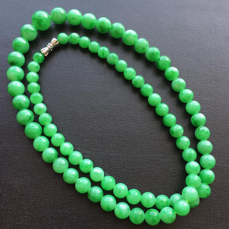阳绿项链,自然光实拍,缅甸a货翡翠,塔珠项链,玉质细腻,雕刻精细,饱满品相佳,佩戴气质优雅,最大尺寸