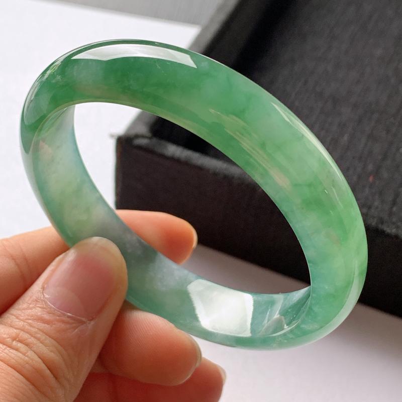 缅甸a货翡翠,水润飘绿正圈手镯58.5mm,玉质细腻,色彩艳丽,水润秀气,条形大方得体,佩戴效果好