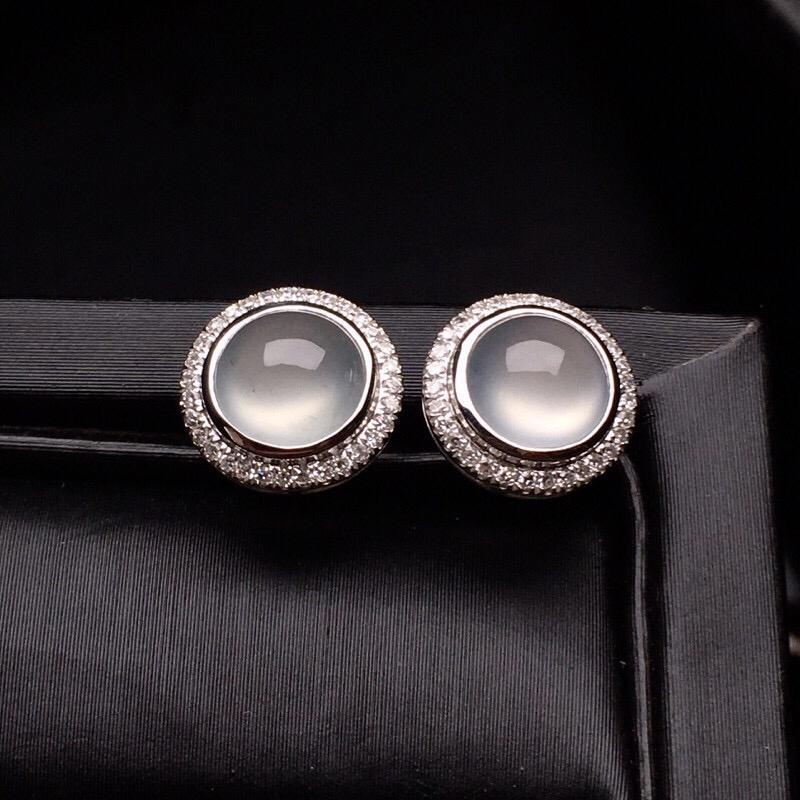 18K金钻镶嵌冰种蛋面耳钉 质地细腻 水润饱满 搭配宝石镶嵌 款式新颖时尚唯美 整体尺寸9.2*9.