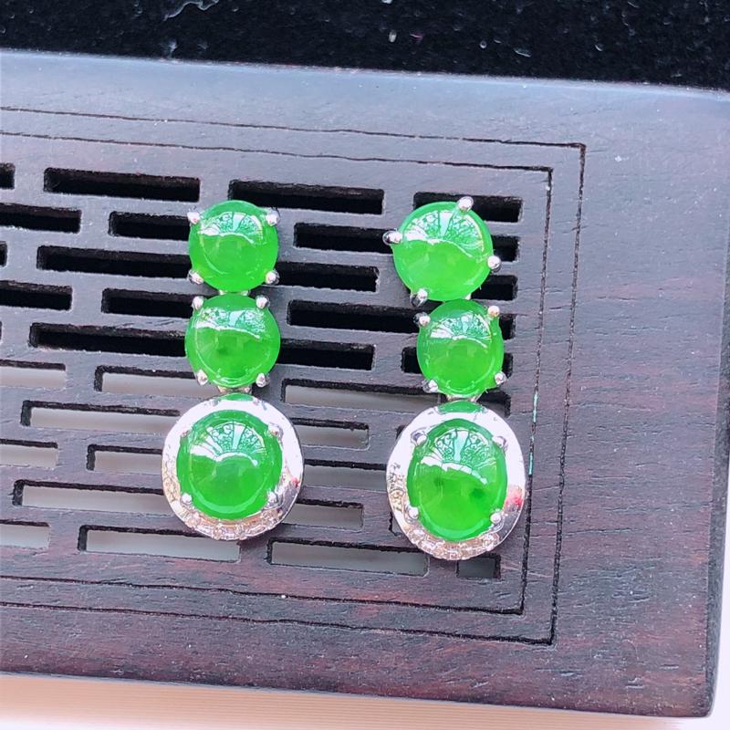 翡翠18K金伴钻镶嵌飘绿耳钉,玉质细腻,雕工精美,佩戴送礼佳品,包金尺寸:18*7.1*4.9mm,