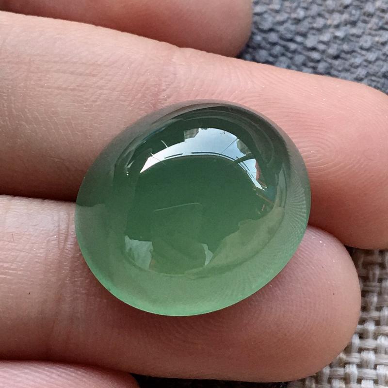 严选推荐(室外自然光拍摄)老坑高冰种满晴绿色大鸽子蛋,裸石形体正,饱满圆润,厚装大件,裸石厚度