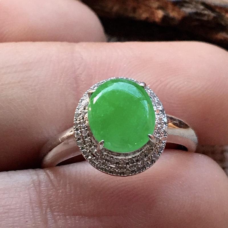 严选推荐(室外自然光拍摄)👍👍👍老坑糯冰种满绿色女戒指,18k金伴钻镶嵌而成,佩戴效果佳。种水很好,