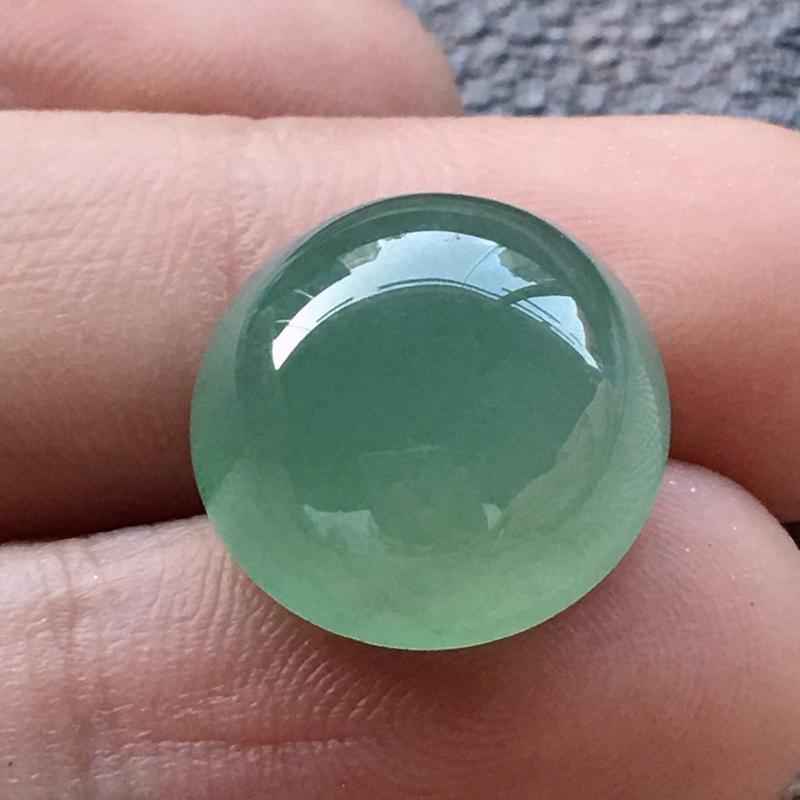 严选推荐(室外自然光拍摄)👍👍👍老坑冰种满晴绿色大蛋面,裸石形体正,饱满圆润,厚装大件,裸石厚度7.