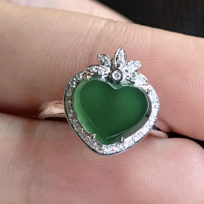 严选推荐👍👍👍(室外自然光拍摄)老坑高冰种满晴绿色桃心女戒指,颜色很美,冰感十足,冰透水润,莹润通透