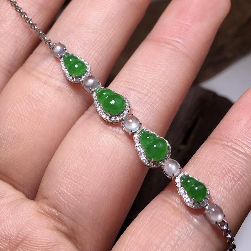 严选推荐老坑冰种满绿色翡翠葫芦手链,18k金钻豪华镶嵌而成,佩戴效果佳,尽显气质。种水很好,冰