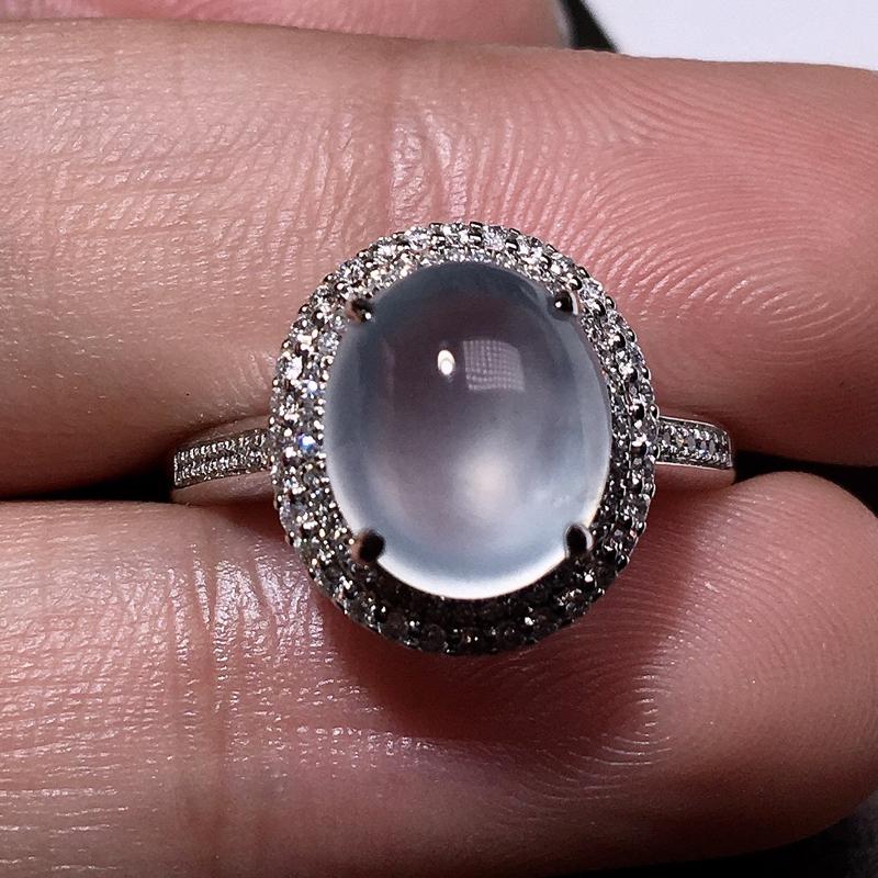 严选推荐老坑玻璃种起蓝钢光翡翠大蛋面女戒指,蛋面饱满圆润,18k金钻豪华镶嵌而成,佩戴效果出众