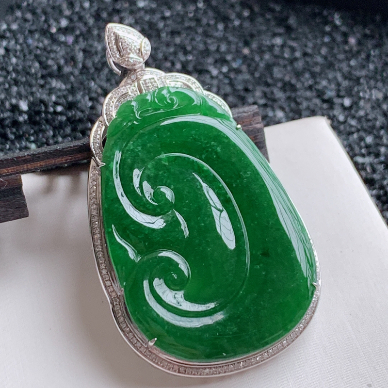 🙏缅甸天然翡翠A货   18k金钻豪华镶嵌满绿如意吊坠,克重17.16,整体尺寸:59.5*34.8