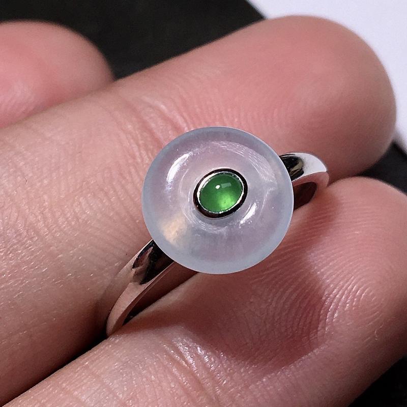 严选推荐老坑高冰种平安扣女戒指,18k金镶嵌而成,款式简单大方,佩戴效果佳。 种水很好,冰胶感
