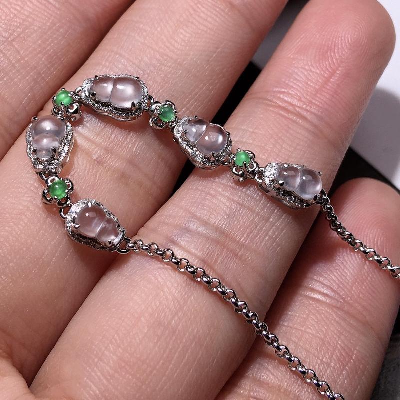 严选推荐老坑玻璃种葫芦手链,18k金钻豪华镶嵌而成,佩戴效果佳,尽显气质。种水无可挑剔,冰胶感