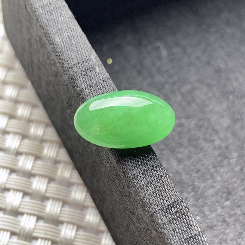 水润满绿蛋面镶嵌件,玉质细腻,有种有色,镶嵌效果更佳