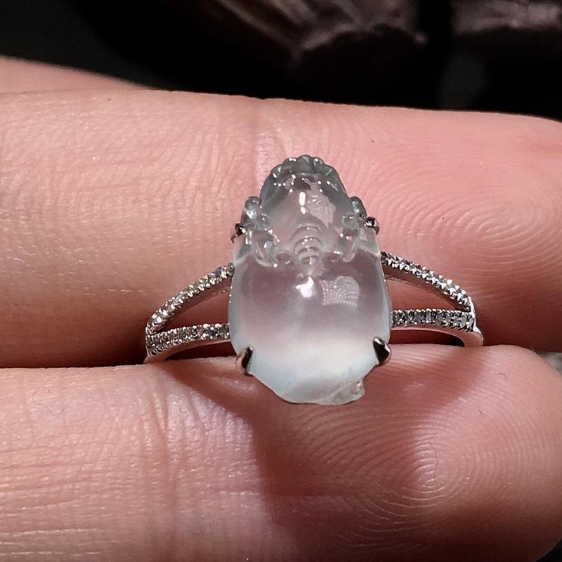 严选推荐老坑高冰玻种金蟾女戒指,18k金钻镶嵌而成,佩戴效果佳。种水很好,晶体结构致密,荧光四