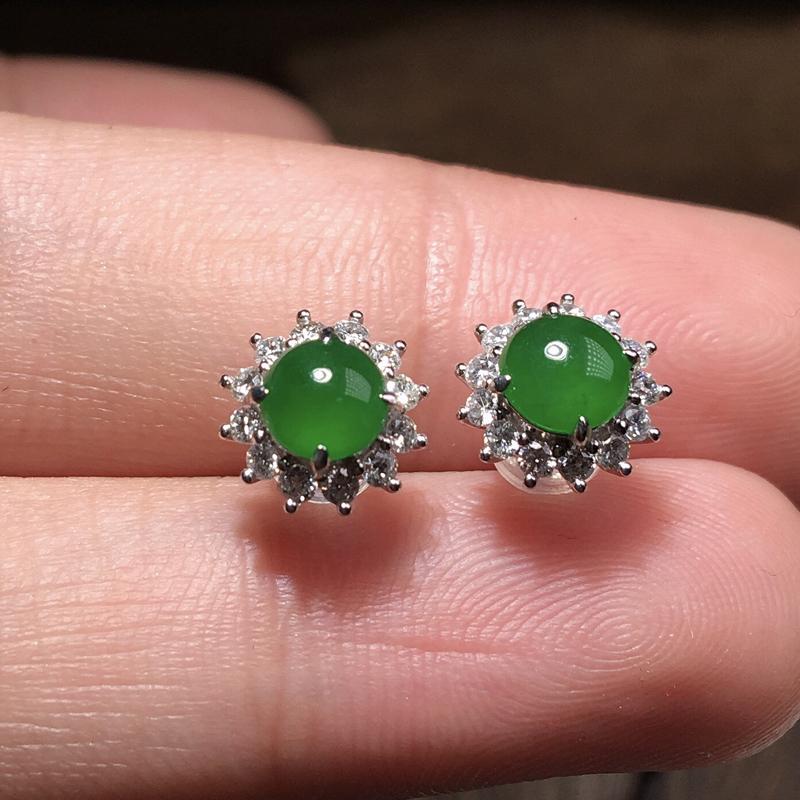 严选推荐老坑冰种浓阳绿色翡翠蛋面耳钉,18k金钻豪华镶嵌而成,佩戴效果佳,尽显气质。种水很好,