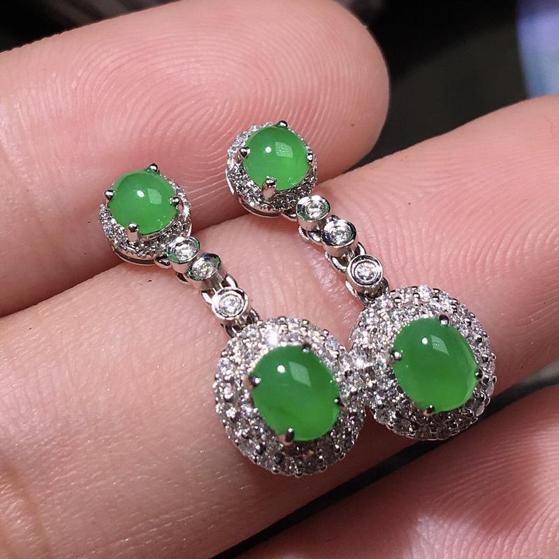 严选推荐老坑冰种阳绿色翡翠蛋面耳坠,18k金钻豪华镶嵌而成,佩戴效果出众,尽显气质。种水很好,