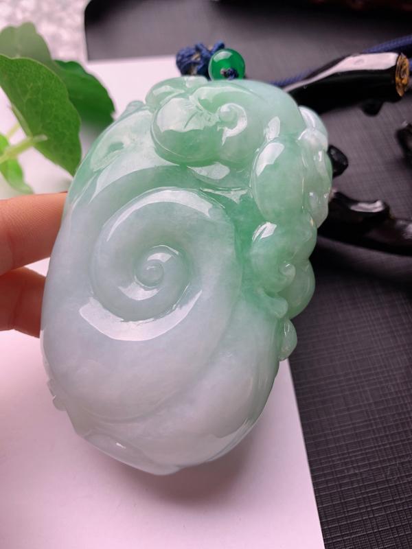 水润飘绿马上封侯手把件,玉质细腻,雕工精细,有种有色,寓意佳