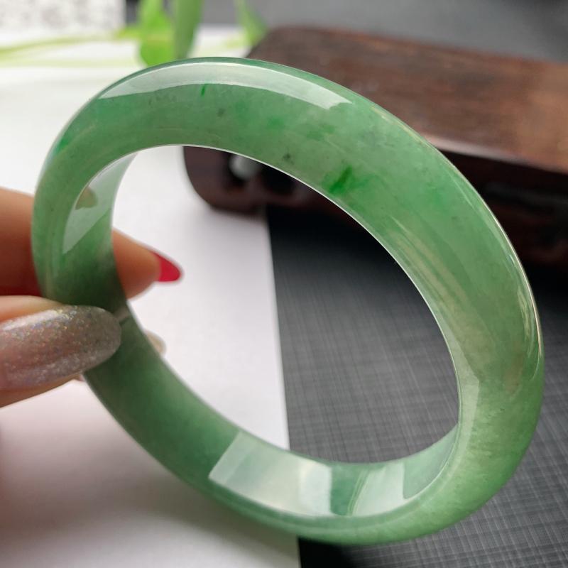 水润满色正圈手镯57.5mm 玉质细腻,条形大方得体,有种有色,佩戴效果更好