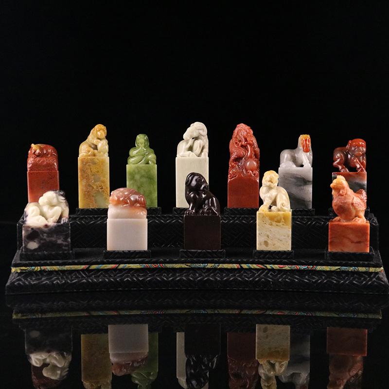 【宝贝品名】十二生肖 【宝贝石种】寿山品种石 【宝贝尺寸】35.0*13.9*14.5cm(含底座)