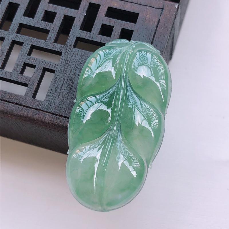 浅绿翡翠叶子吊坠,玉质莹润,佩戴佳品