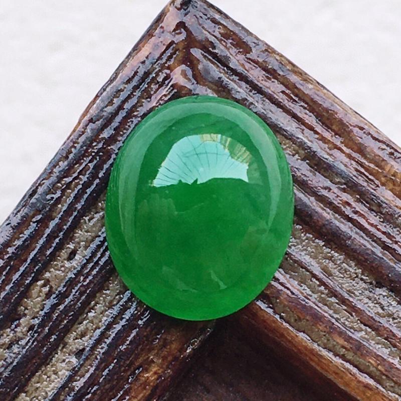 翡翠带绿蛋面,玉质莹润,佩戴佳品,尺寸:8.4*7.1*3.9mm,重0.41克
