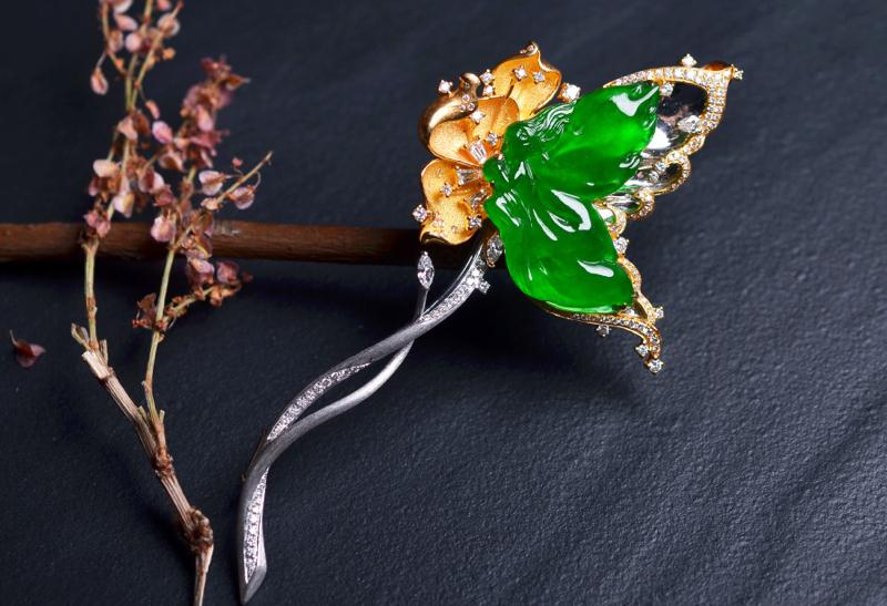 G18K翠色蝴蝶胸针/吊坠两用款,镶嵌工艺精致,种老色辣佩戴效果别致。裸石尺寸:25.0-12.2-