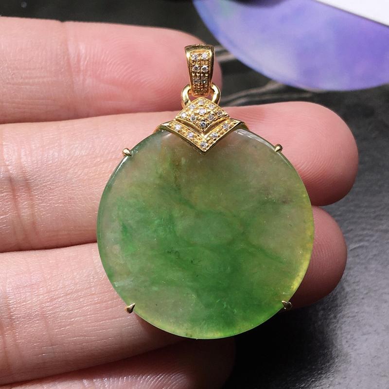 严选推荐👍👍👍老坑冰种黄加绿平安扣,难得的颜色,翡翠中的黄加绿一直以来备受翡翠玩家的推崇,市面上也越