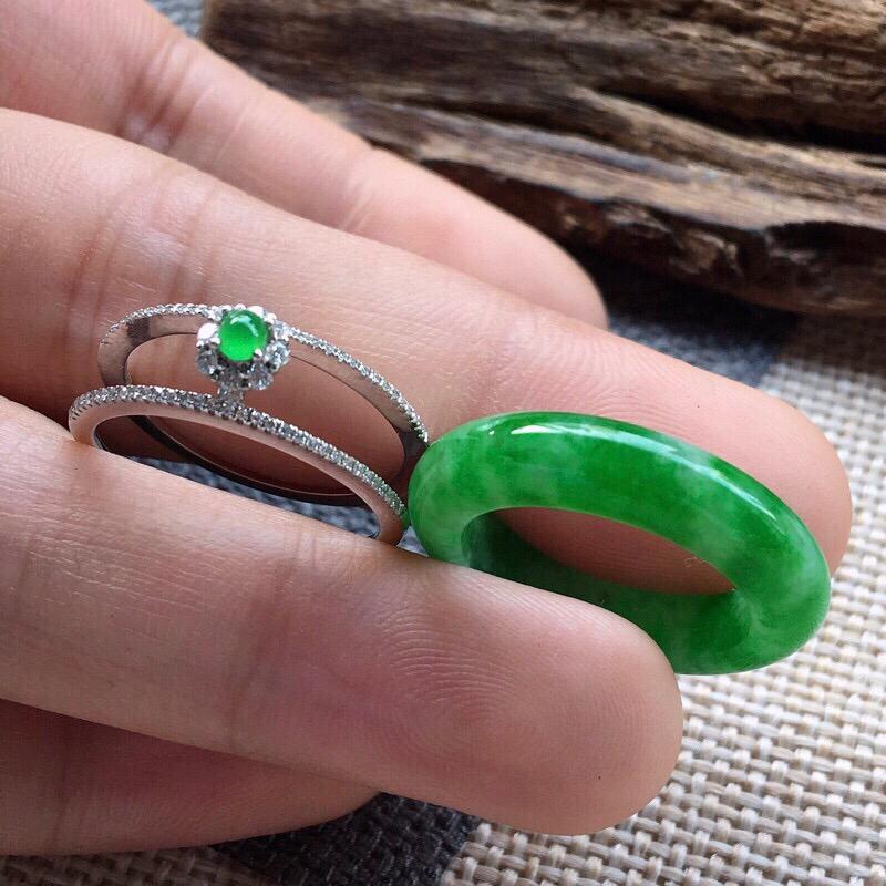 严选推荐👍👍👍(室外自然光拍摄)老坑糯冰种浓绿色戒指圈,颜色很好、浓郁鲜艳,相当难得。搭配18k金的