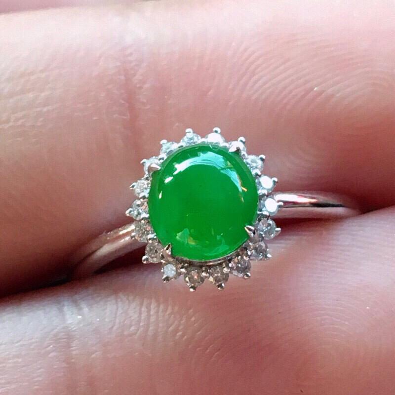 严选推荐(室外自然光拍摄)👍👍👍老坑高糯冰种阳绿色女戒指,18k金伴钻镶嵌而成,佩戴效果佳。种水很好