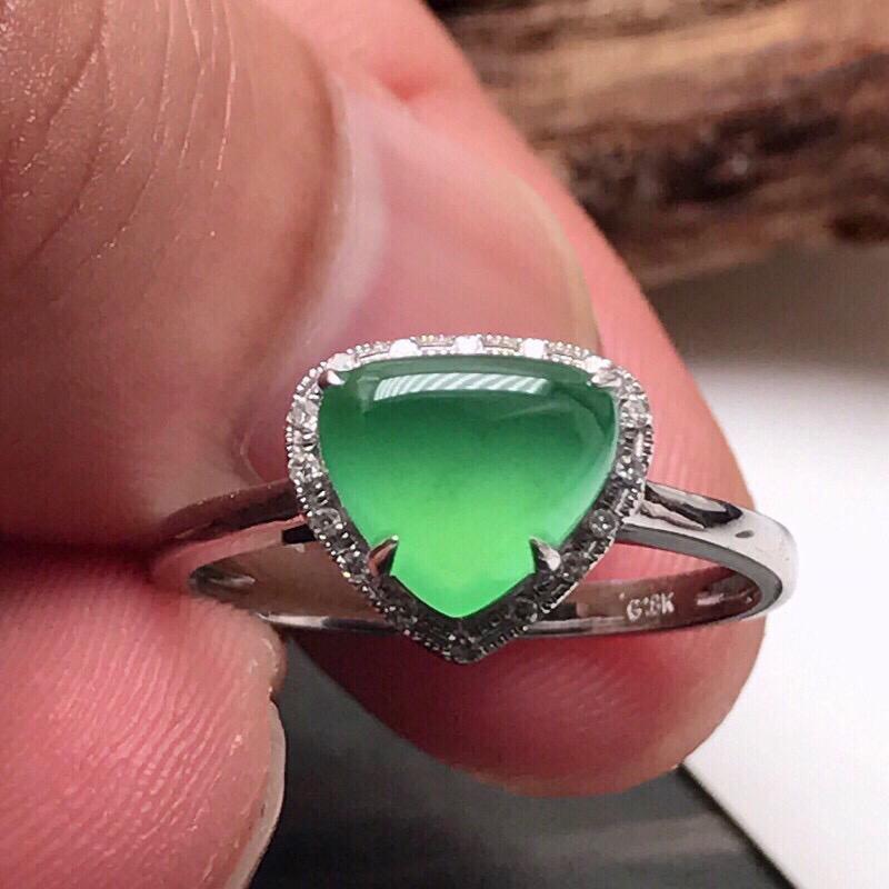 严选推荐老坑冰种满绿色翡翠桃心女戒指,18k金钻镶嵌而成,佩戴效果佳。 种水很好,荧光抢眼,莹