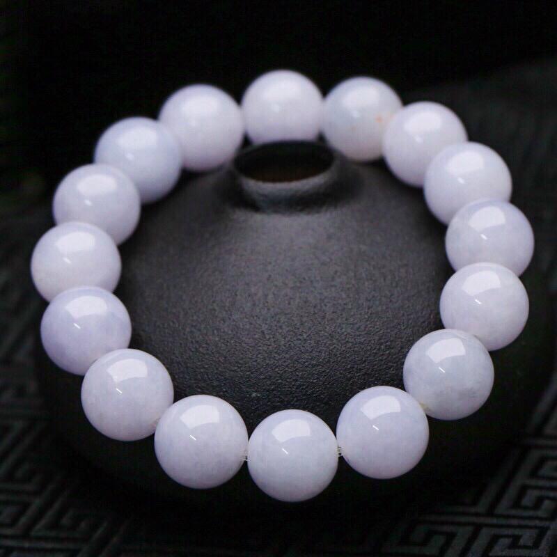 拍下有礼紫底翡翠圆珠手串,共16颗珠子,取其中一颗珠尺寸大约13.4mm,珠子清秀靓丽,实物漂