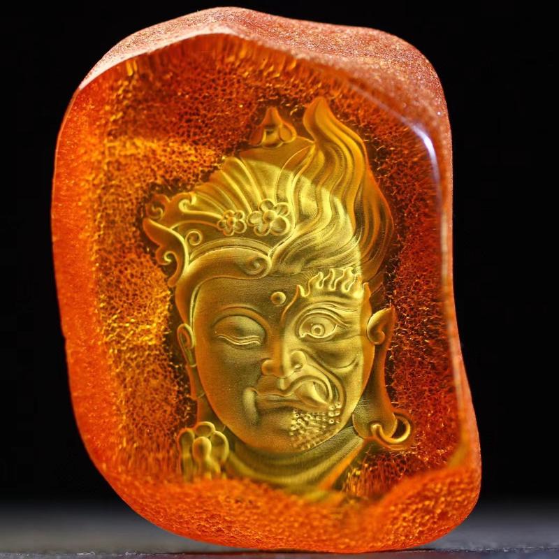 【一念之间】天然琥珀留皮材质;精工设计阴雕:一念之间,立体双面雕刻,我们太多的时候被情绪所蒙蔽,而丧