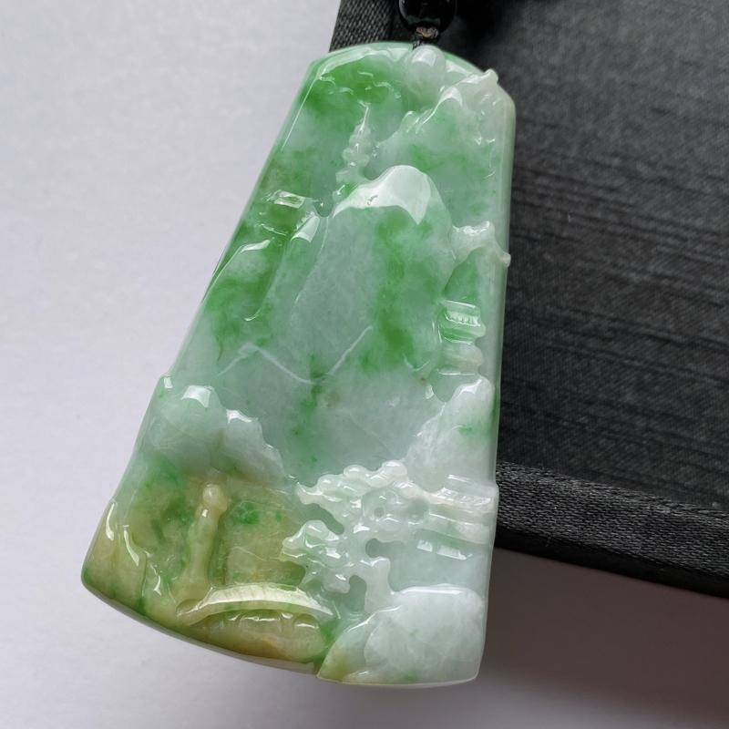 飘绿山水牌挂件,玉质细腻,雕工精细,有种有色,佩戴效果更好,配珠为装饰
