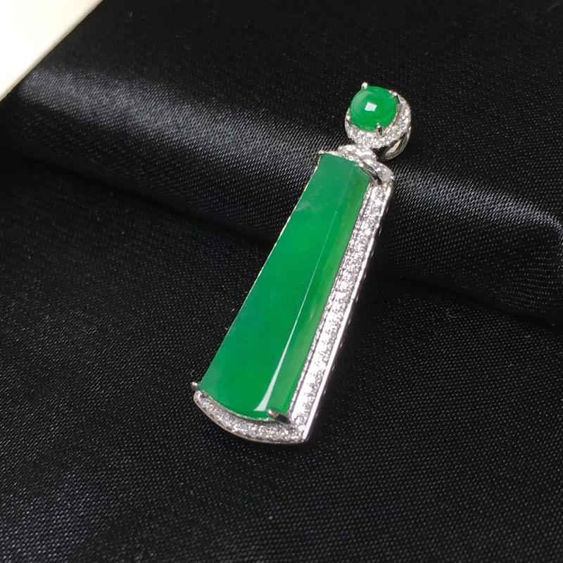 翡翠a货,满色深绿无事牌吊坠,18k金镶嵌伴钻石,颜色清爽靓丽,佩戴精美