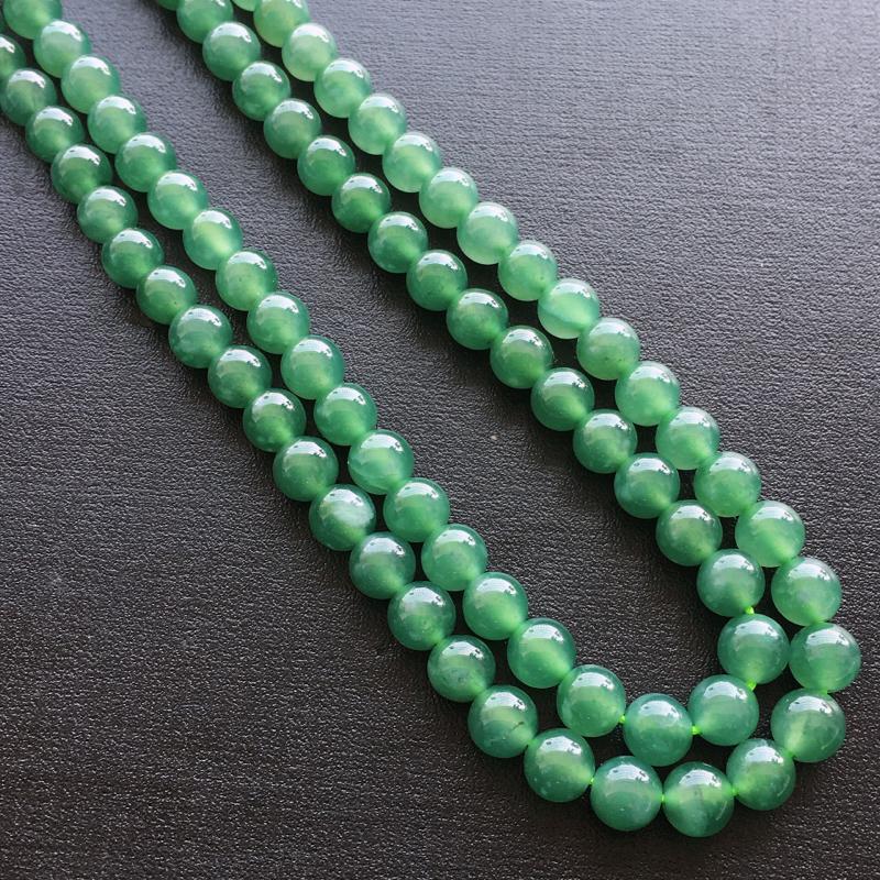 圆珠项链,自然光实拍,缅甸a货翡翠,种好通透,水润玉质细腻,雕刻精细,饱满品相佳,佩戴效果好。红珠是配饰品。