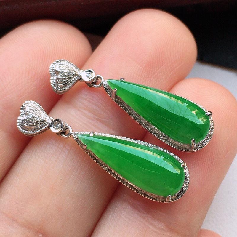 翡翠18K金伴钻镶嵌满绿水滴耳坠,玉质细腻,雕工精美,佩戴送礼佳品,包金尺寸:25.3*7.2*5m
