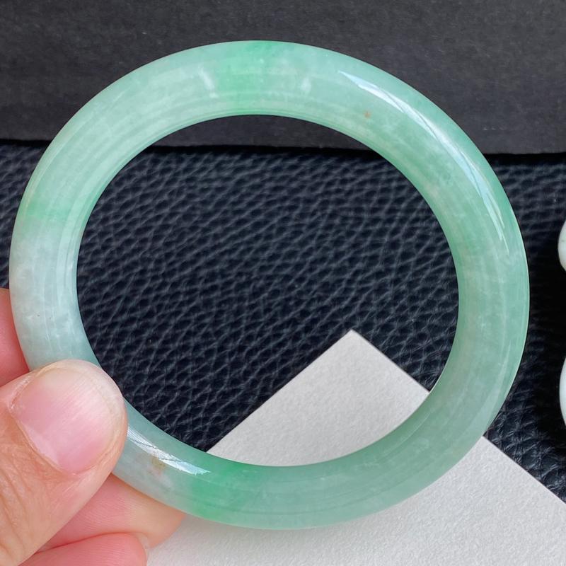 满绿圆条、圈口:53.3mm 天然翡翠A货冰润浅绿圆条手镯、编号2.23-ying