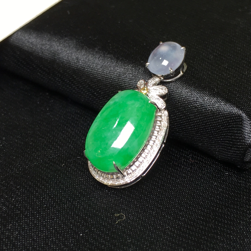 翡翠a货,满色阳绿蛋面吊坠,18k金镶嵌伴钻石,颜色清爽靓丽,佩戴精美