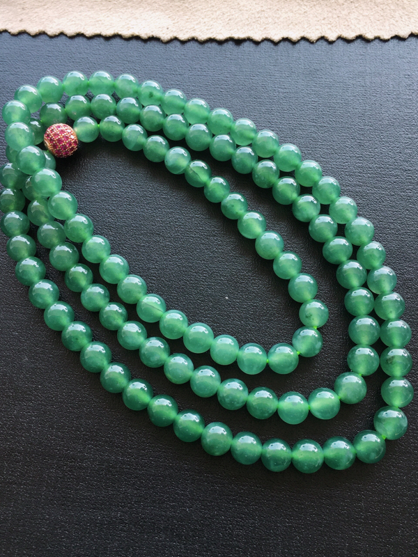 圆珠项链,自然光实拍,缅甸a货翡翠,种好通透,水润玉质细腻,雕刻精细,饱满品相佳,佩戴效果好。红珠是
