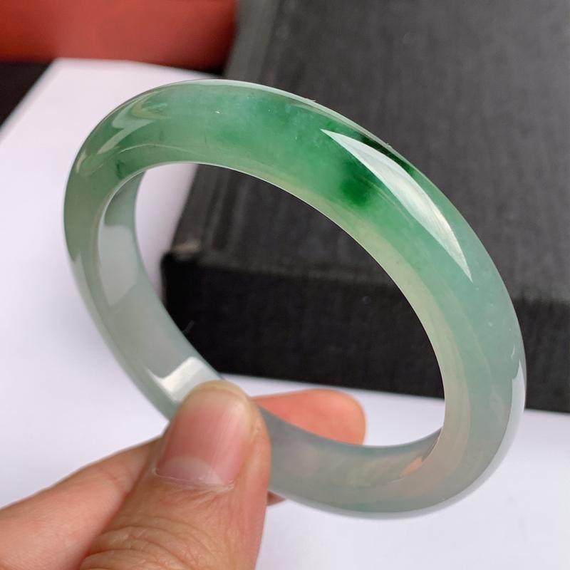 缅甸a货翡翠,水润飘绿正圈手镯53.5mm,玉质细腻,色彩艳丽,水润透亮,条形大方得体,佩戴效果好