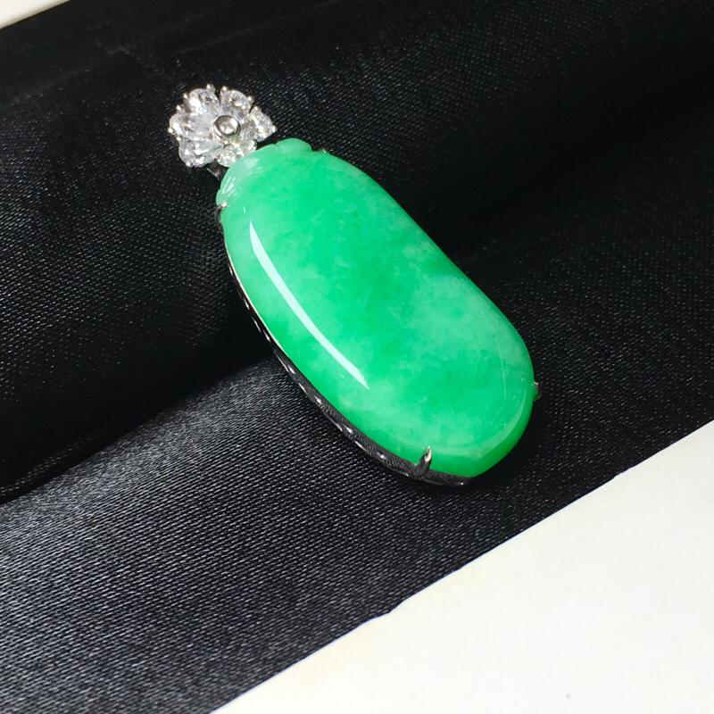 翡翠a货,满色阳绿福瓜吊坠,18k金镶嵌伴钻石,颜色清爽靓丽,佩戴精美