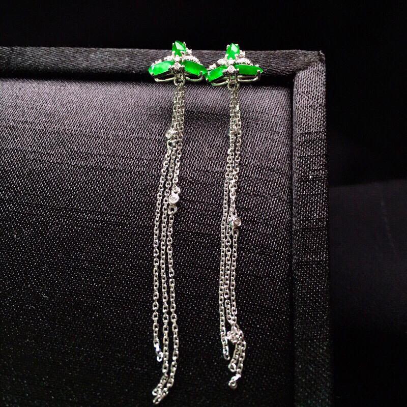 18K金钻镶嵌翠绿小随形组合耳坠色泽艳丽 质地细腻 款式新颖时精美亮眼 整体尺寸59.4*9.7*4