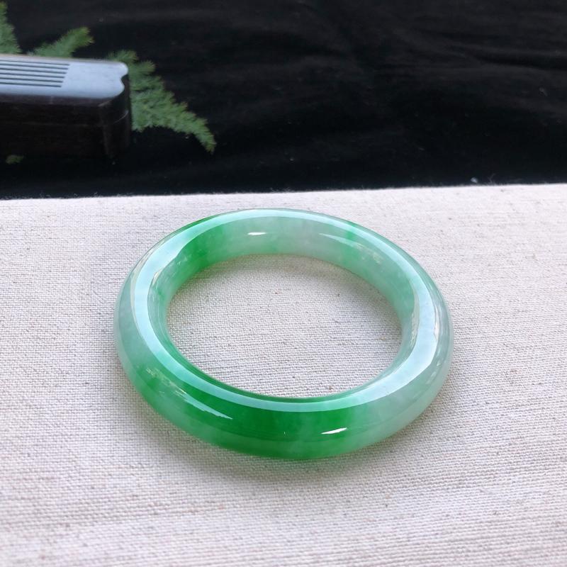 圈口:53.6,水润飘辣阳绿圆条手镯,尺寸:53.6/11.8,棉纹,玉质细腻,上身效果漂亮迷人 ,