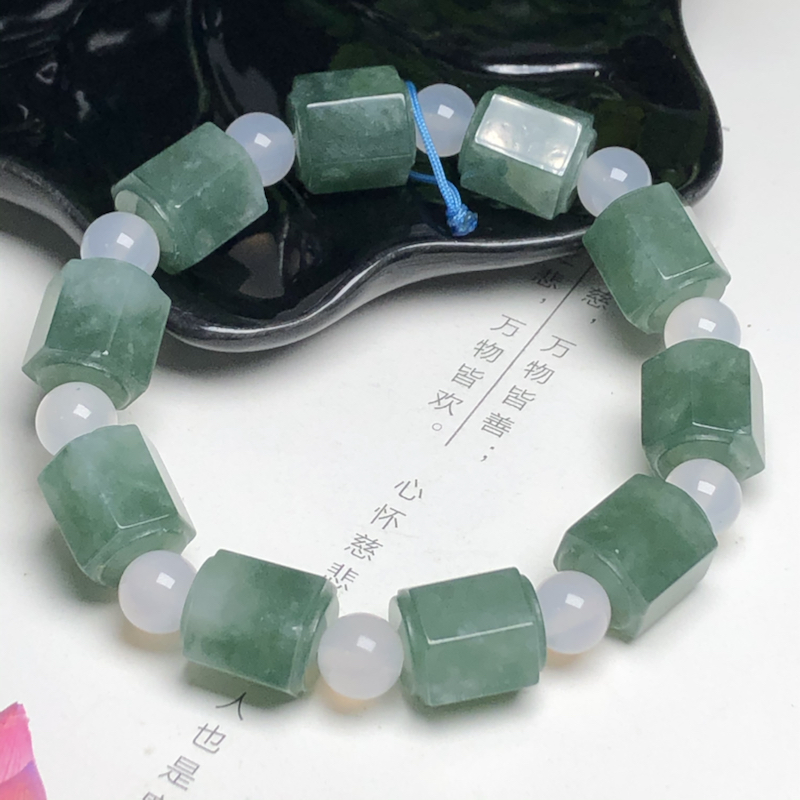 糯种油清底长筒菱形珠翡翠珠链手串、直径11.4*13.3毫米、质地细腻、色彩鲜艳、隔珠是装饰品、AD