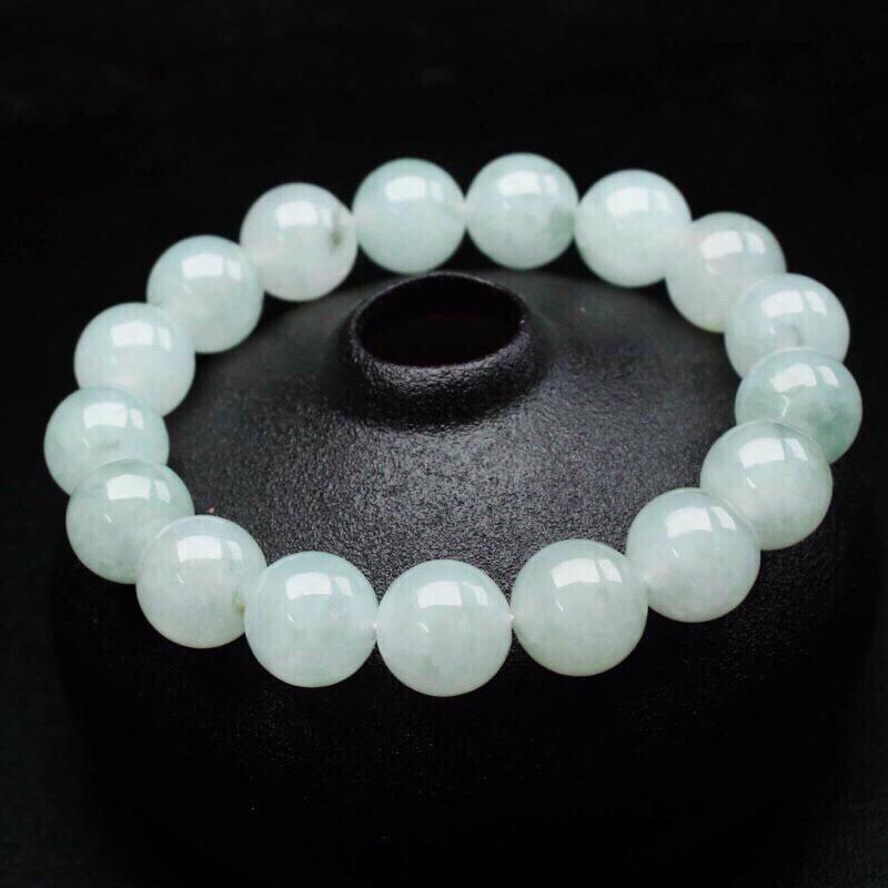翡翠圆珠手串,共17颗珠子,飘色,取其中一颗珠尺寸大约11.9mm,珠子玉质莹润,亮丽秀气,实物漂