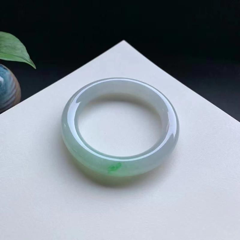 53圈口,飘色圆条手镯,细腻光滑,翠绿色俏丽迷人,无纹裂。圆条尺寸:53.4-10.7-10.6mm