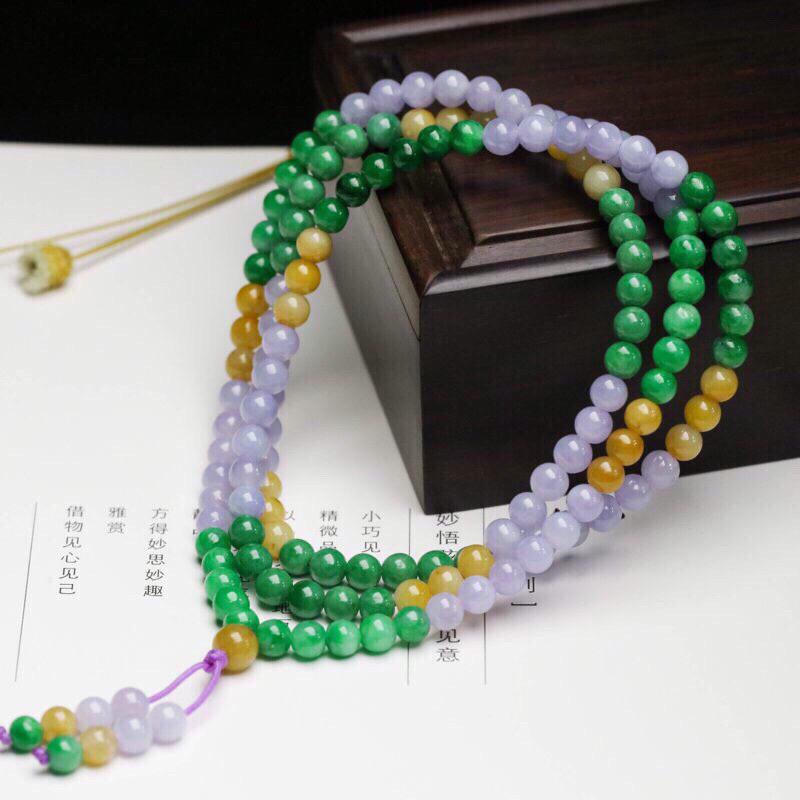 多彩翡翠珠链,共147颗珠子,取其中一颗珠尺寸大约5.2mm,珠子圆润饱满,清爽秀气,色泽鲜艳。佩