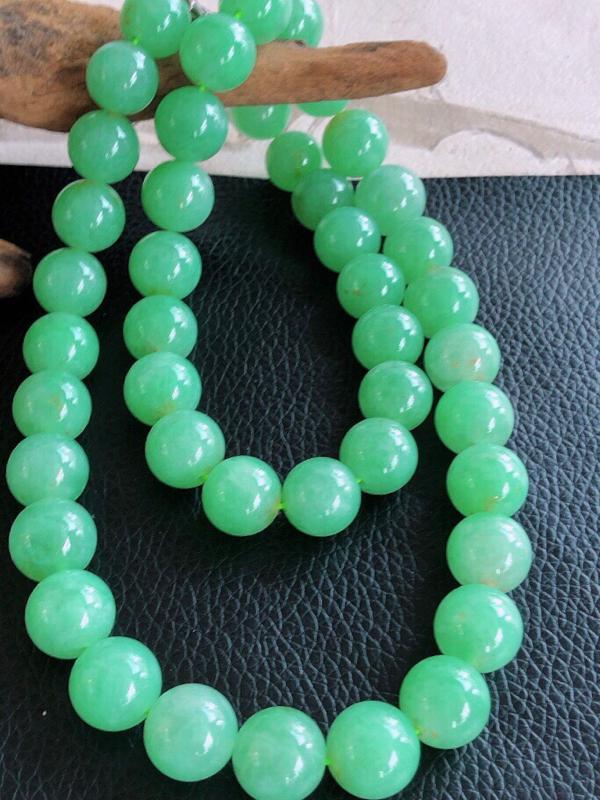 天然缅甸老坑翡翠A货绿色圆珠子项链,料子细腻柔洁,尺寸珠子直径13mm,珠子总数45颗,完美度高,重