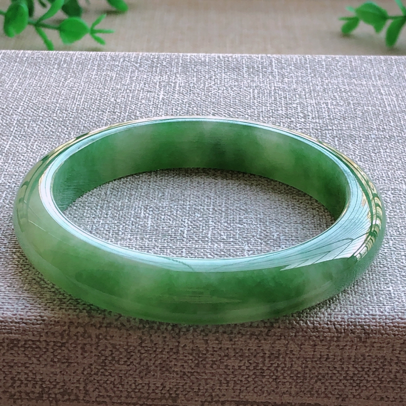 签收送翡翠平安环吊坠️️️糯化种飘绿翡翠宽条手镯,圆润厚实,亮丽秀气,种水佳,颜色好,品相好,