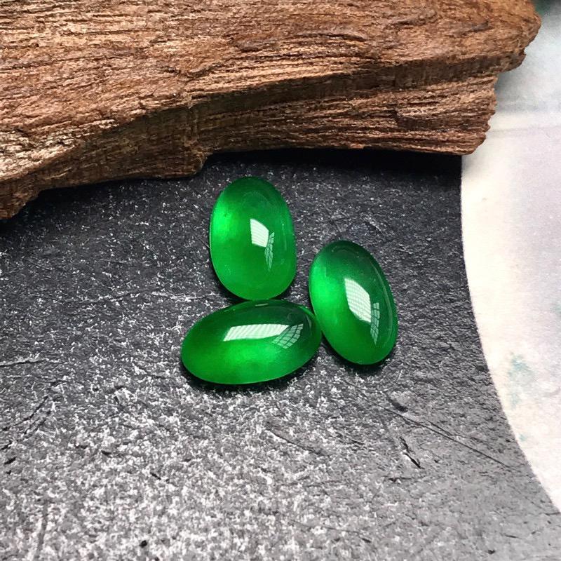 行家货令人心醉的高冰种阳绿蛋面,满绿色泽美的惊人,属于那种打灯能晕染满屋的正阳绿色泽。种水达到高