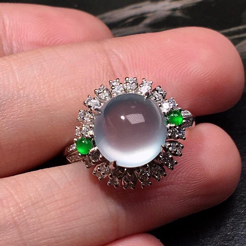 严选推荐老坑玻璃种翡翠大蛋面女戒指,蛋面饱满圆润,18k金钻豪华镶嵌而成,佩戴效果出众,尽显气