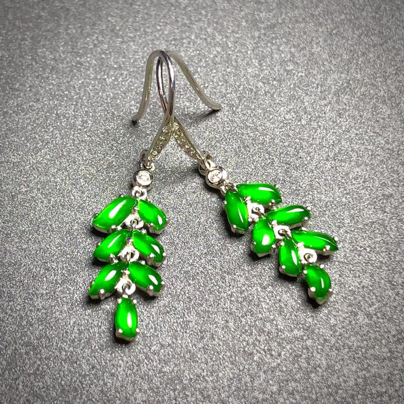 精品绿耳坠,单粒裸石约5.2-2.5-2.3mm,3g,料子精致漂亮,种水不错