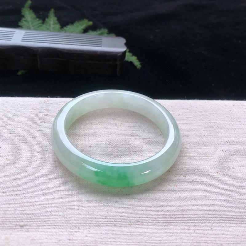 圈口:55.5,水润飘绿正圈手镯,尺寸:55.5/12.3/7.9,石纹,玉质细腻,上身效果漂亮迷人